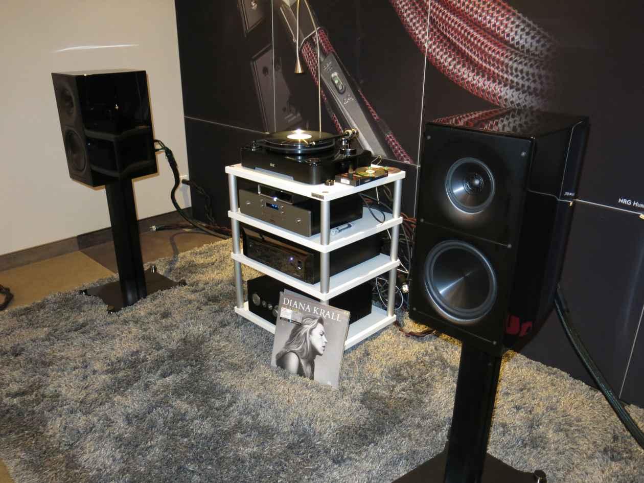 Sugden Audio mit Elac Adante Kompaktlautsprecher