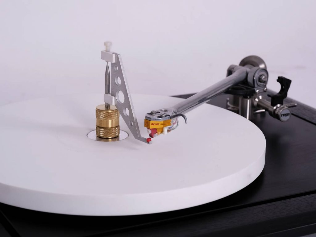 Neumann (Thorens) Phono Rumpel Messkoppler auf Rega P9