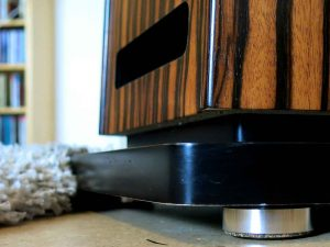 bFly Audio Lautsprecher Absorber Talis Pro im Einsatz unter Lautsprecher