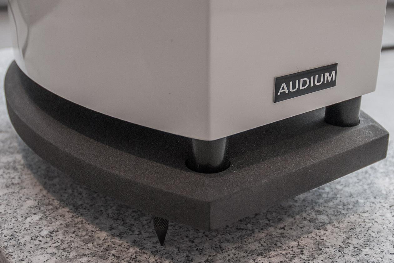 AUDIUM Comp 5.2 Active - 6 Zoll x 9 Zoll Downfire Tieftöner und Grundplatte mit Spikes (Foto: Falk Visarius)