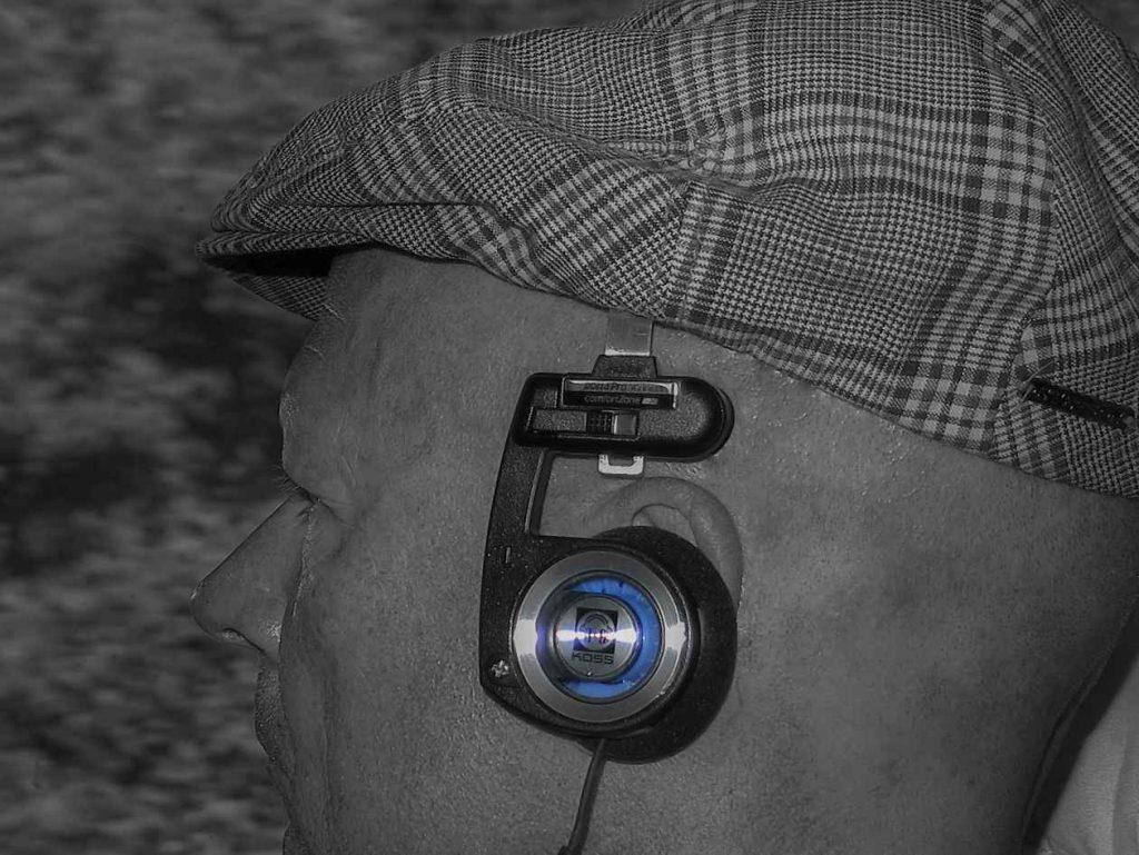 Der Chefredakteur der HiFi-IFAs mit Koss Porta Pro Wireless Kopfhörer in der Bahn
