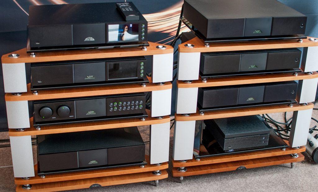 Komplette Naim-Kette mit Streamern, Endstufe und Netzteilen im Rack