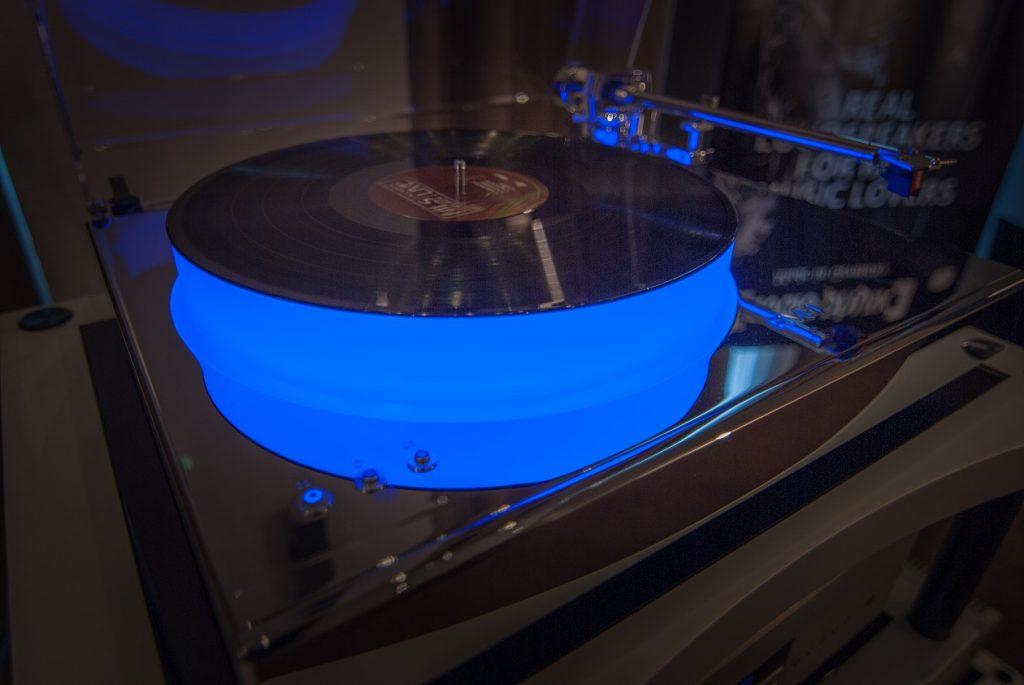 AVM Plattenspieler mit blau durchleuchtetem Plattenteller