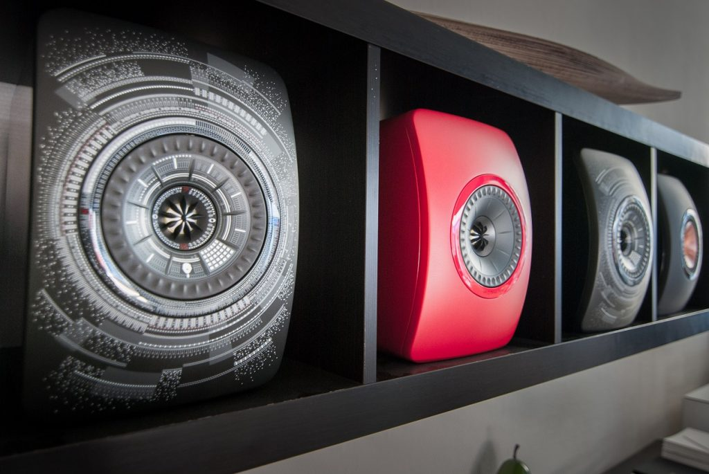 Stylische KEF LS50 in ihrem Habitat - dem Regal
