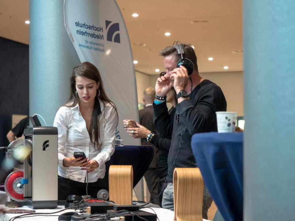 Beim Probe hören von Kopfhörer auf der Kopfhörer Messe Audiovista in Krefeld