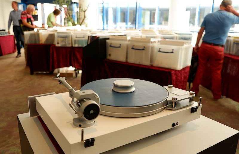Schallplattenbörse, im Vordergrund Pro Ject Plattenspieler