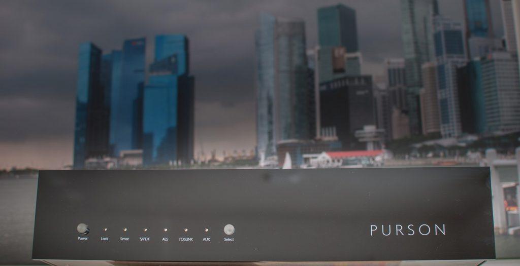Vor der Skyline von Singapur zeigt sich der schweizer Purson DAC-1 als Metropolit