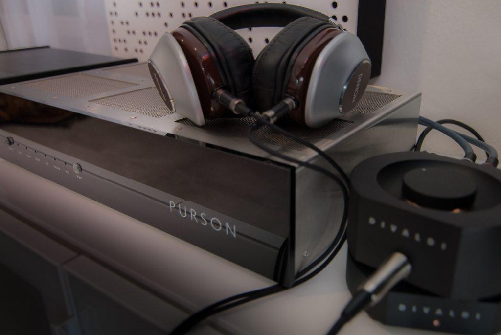 Der Purson DAC-1 im Testaufbau mit Kopfhörerverstärker und High-End Kopfhörer