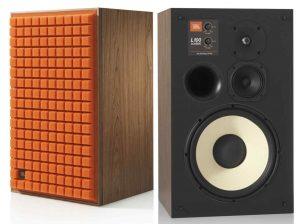 JBL 100L Classic. Links mit oranger Abdeckung, der rechte Lautsprecher ohne Abdeckung