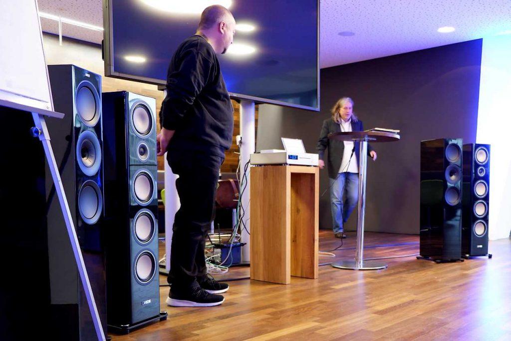 Andreas Eichelsdörfer von der AUDIO bei der Vorführung der AVM / Canton / In-Akustikkette auf den Deutsche HiFi-Tage 2018 in Darmstadt