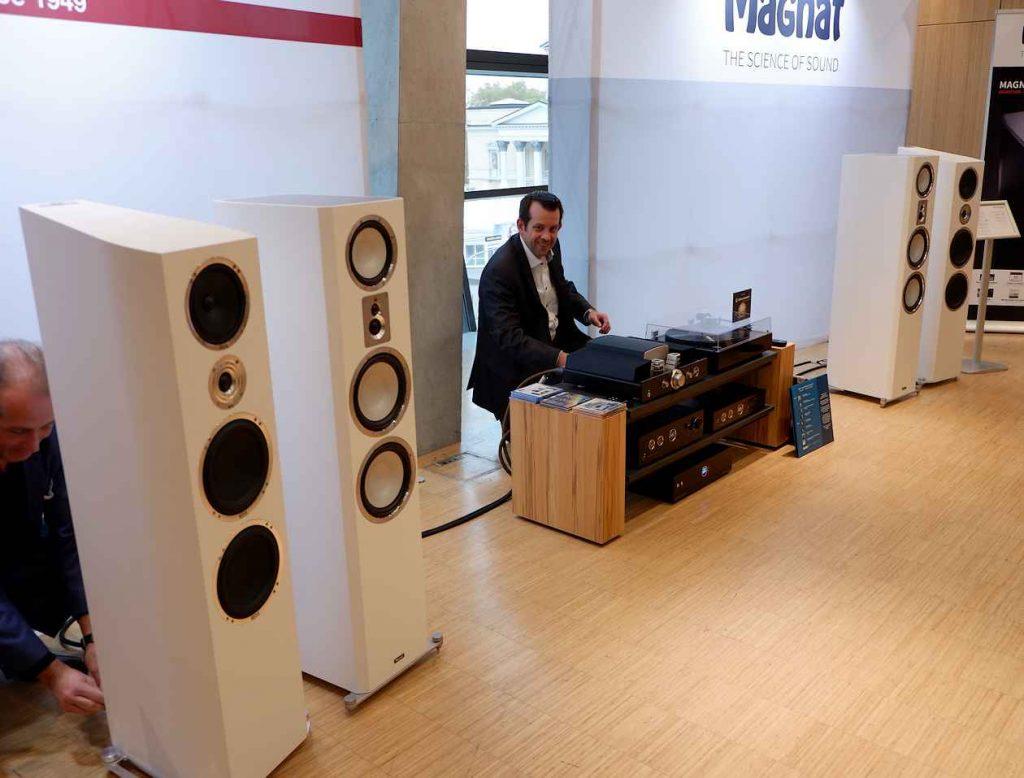 Der neue Plattenspieler Magnat MMT 990 mit Magnat RV3 an Heco Lautsprechern