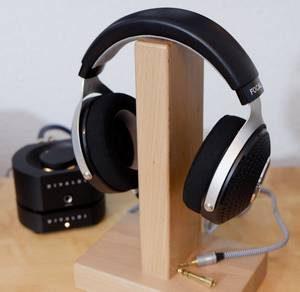 Kopfhörer Focal Elegia auf Kopfhörerständer. Im Hintergrund der Kopfhörer-Verstärker Divaldi AMP-02