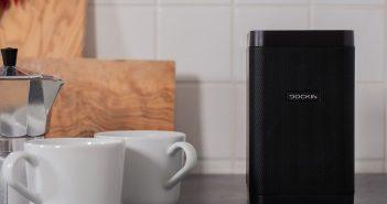 Dockin D-Cube Bluetooth-Lautsprecher beim Kaffee trinken