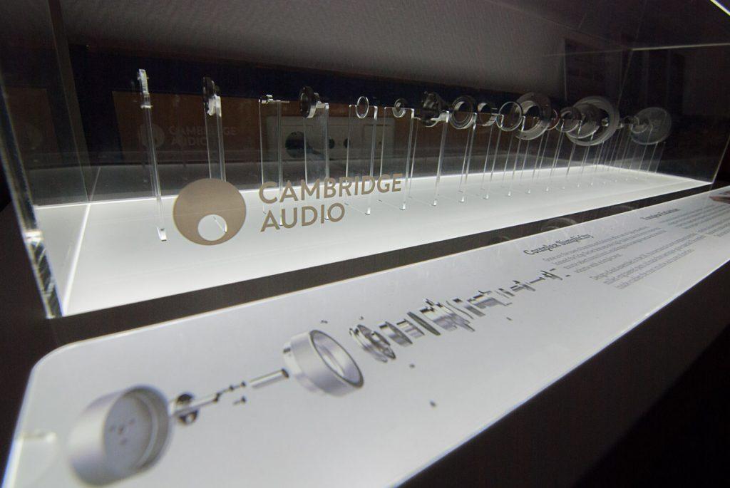 Explosive Darstellung: Co-axialer Drehregler im Stile einer Explosionszeichnung ausgestellt bei Cambridge Audio