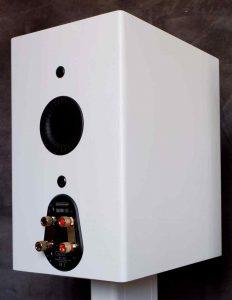 Rückseite des Kompaktlautsprecher Monitor Audio Silver 100 mit Bassreflex und Bi-Wiring Terminal