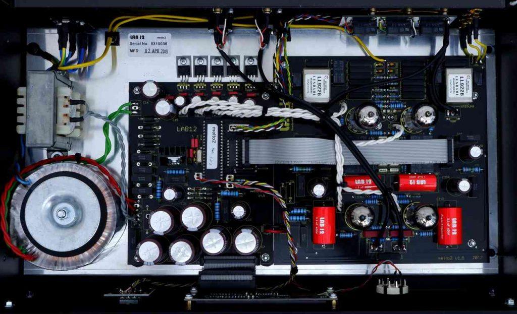 Innenansicht des Röhren Phonovorverstärker LAB12 Melto2. Hier der Blick auf die Röhren und die Mundorf-Kondensatoren