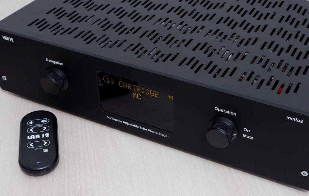 Der Röhren-Phonoverstärker LAB12 Melto2. Hier im Bild die Vorderansicht mit Fernbedienung