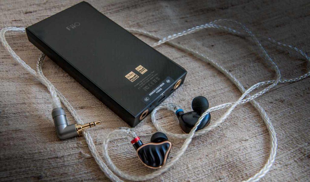 Carbon-Rückseite des Hi-Res Musik-Spieler M11 mit In-Ear-Kopfhörer FH7