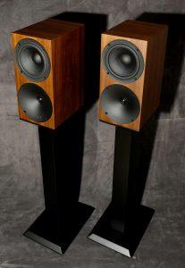 Kompaktlautsprecher Buchard Audio S400 im Test. Hier im Bild auf den Lautsprecherständer