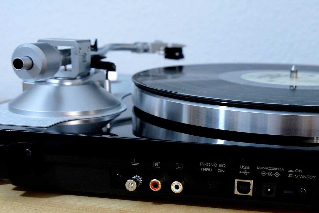 D/A-Wandler, USB-Ausgang und Phono MM-Verstärker am Plattenspieler TEAC TN-4D