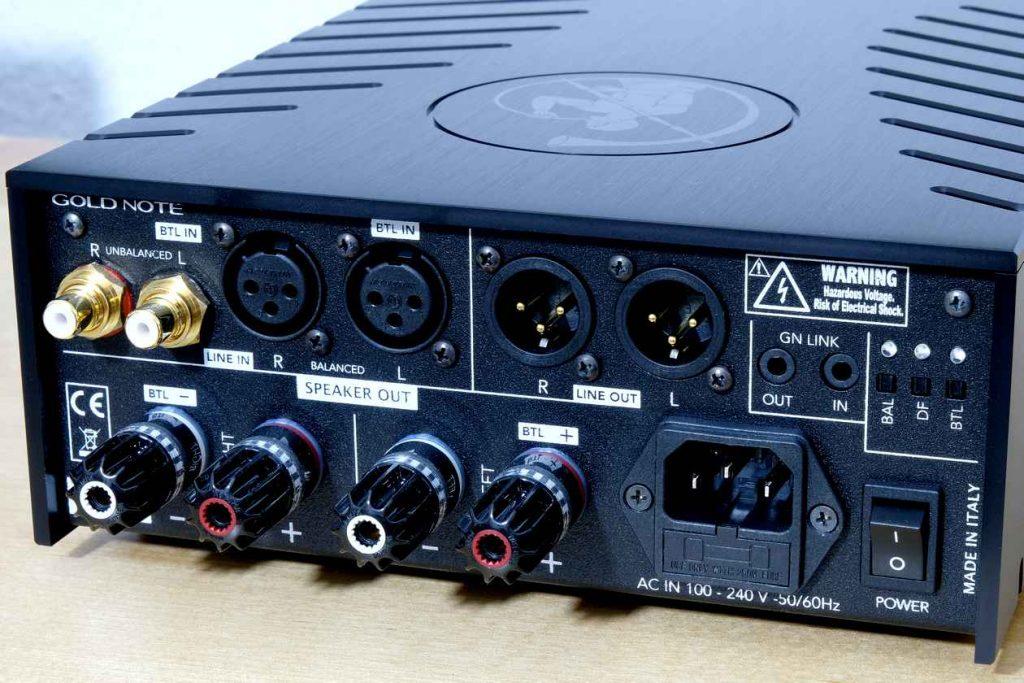Gold Note DS-10 Endverstärker. Auf dem Bild links die WBT-Anschlüsse und rechts der Schalter für den Dämpfungsfaktor des Endverstärker