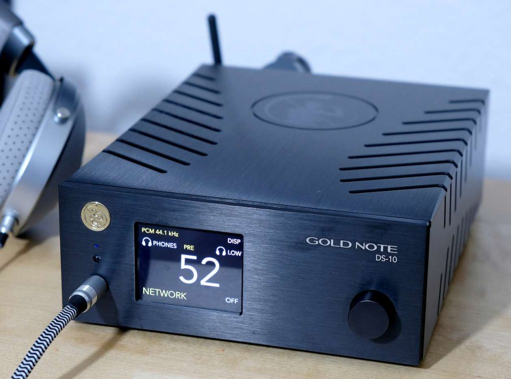 Streamer-Vorverstärker Gold Note mit integriertem Kopfhörer-Verstärker. Hier am Kopfhörer Focal Clear