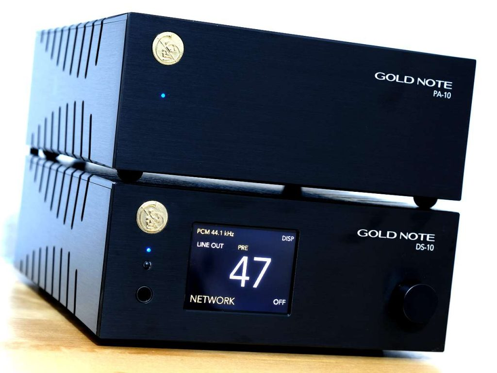 Im Test der Netzwerkplayer-Streamer-Vorverstärker Gold Note DS-10. Das untere Test-Gerät der digitale Endverstärker Gold Note PA-10