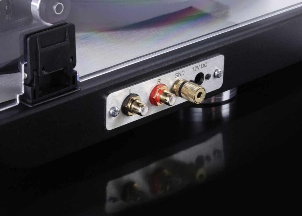 Der neue Plattenspieler Dual CS 800. Hier im Bild die Rückseite mit den Cinch Anschlüssen