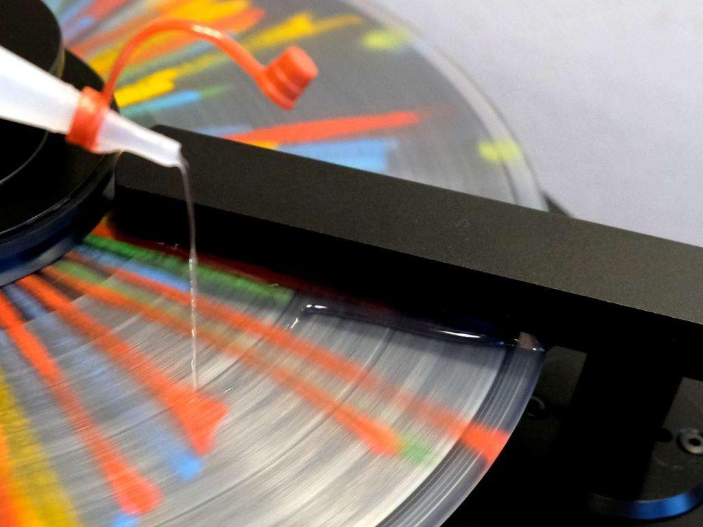 Platte waschen mit der Schallplattenwaschmaschine, im Bild das Aufbringen des Reinigers