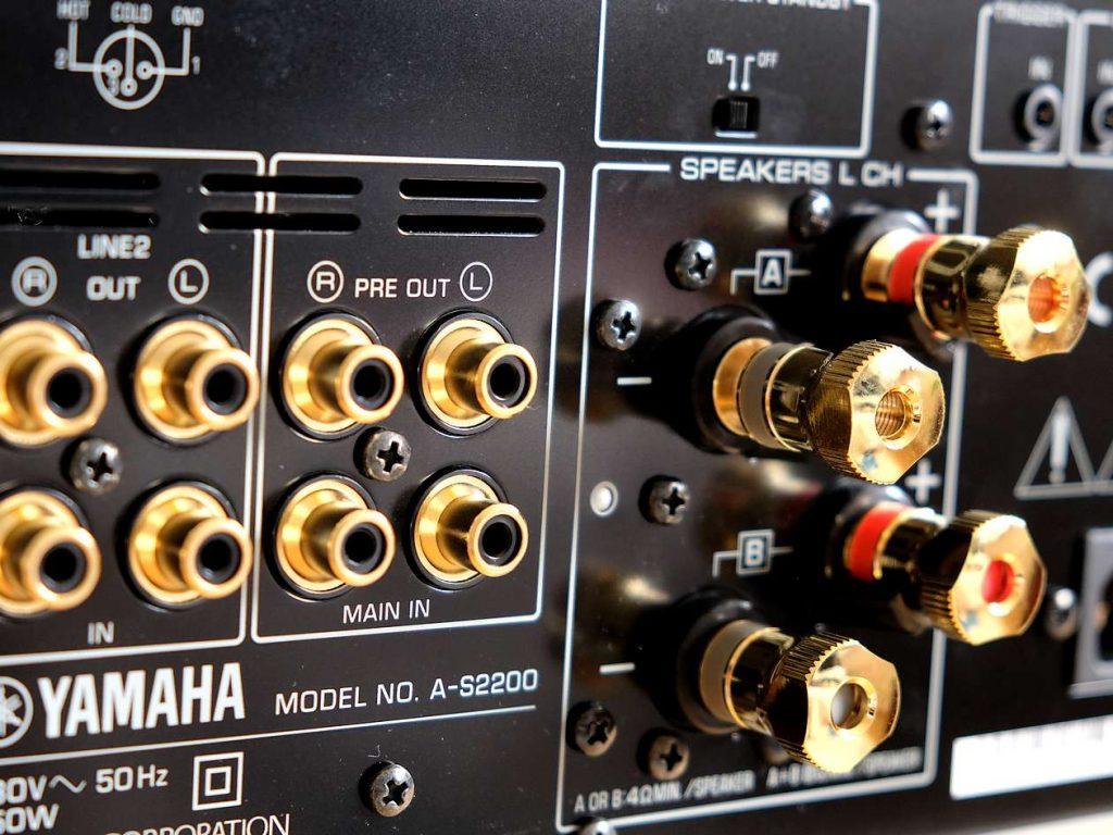 Lautsprecher-Anschlüsse aus Messing am Yamaha A-S2200