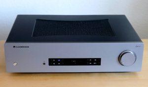 Im Test der HiFi-Vollverstärker Cambridge Audio CXA81 mit Bluetooth aptX HD und USB-B in der 1.000 Euro Klasse. Hier im Bild die Front des Geräts