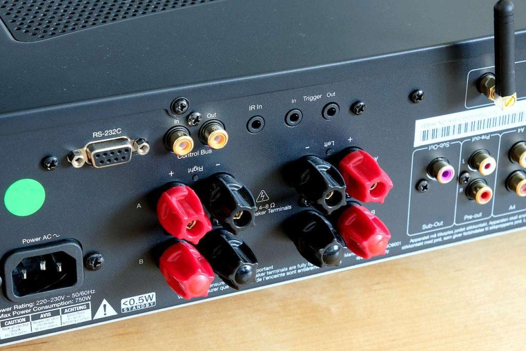 Im Bild der Steuerbus und die Lautsprecherausgänge des Vollverstärker Cambridge Audio CXA81
