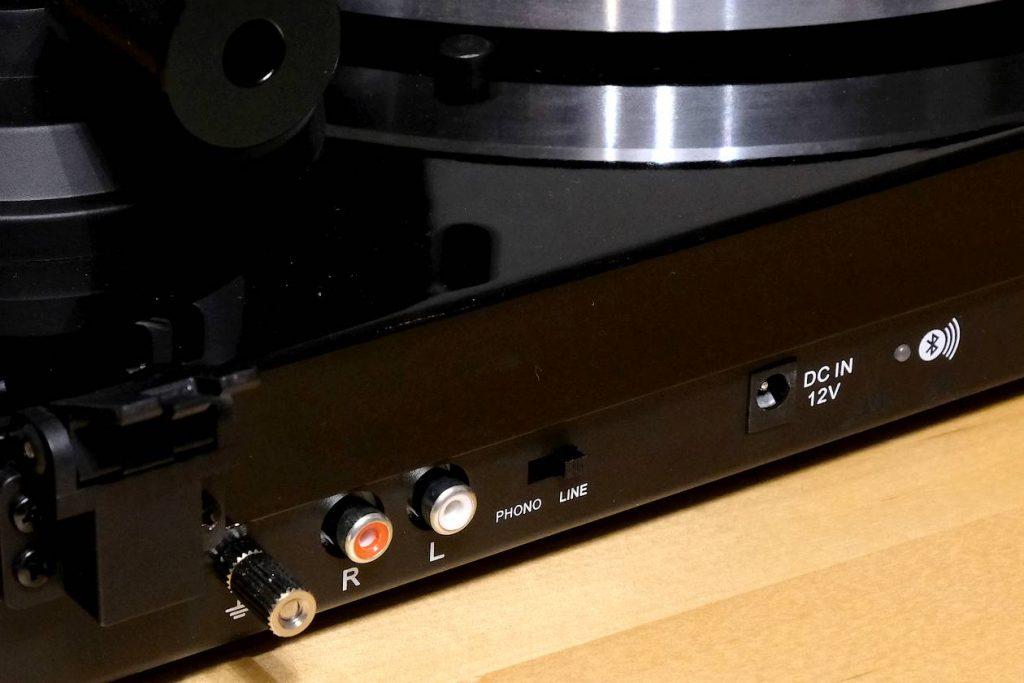 Der Phono-MM und Bluetooth-Ausgang am Plattenspieler Blue Aura PG1 für 400 Euro