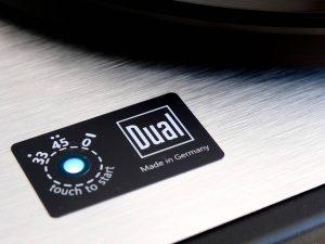 Ein- und Ausschalter sowie Geschwindigkeits-Schalter mit 33 und 45 am Dual CS 800