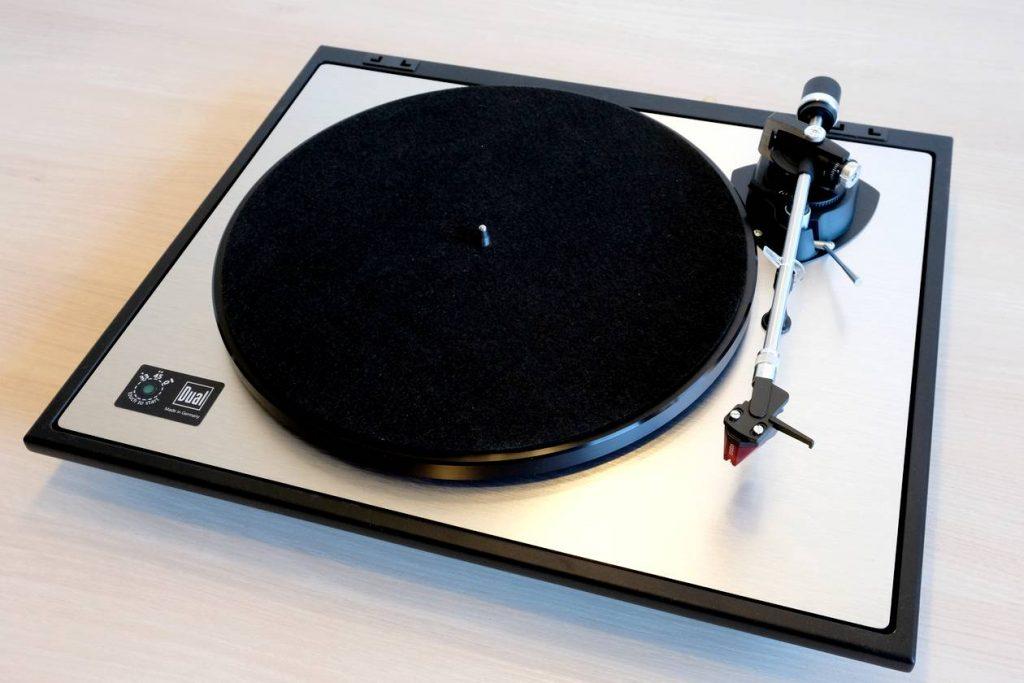 Im Test der HiFi-Plattenspieler Dual CS 800 mit Riemenantrieb und MM-Tonabnehmer Ortofon 2M Red