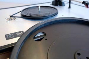 Der Plattenteller und Riemenantrieb des Dual CS 800