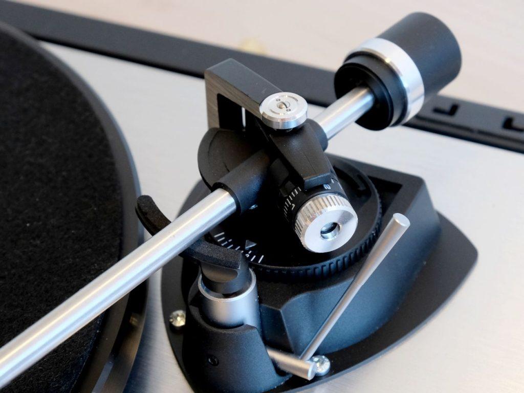Tonarm des Dual CS 800 mit Antiskating und Auflagekraft-Einstellung per Feder