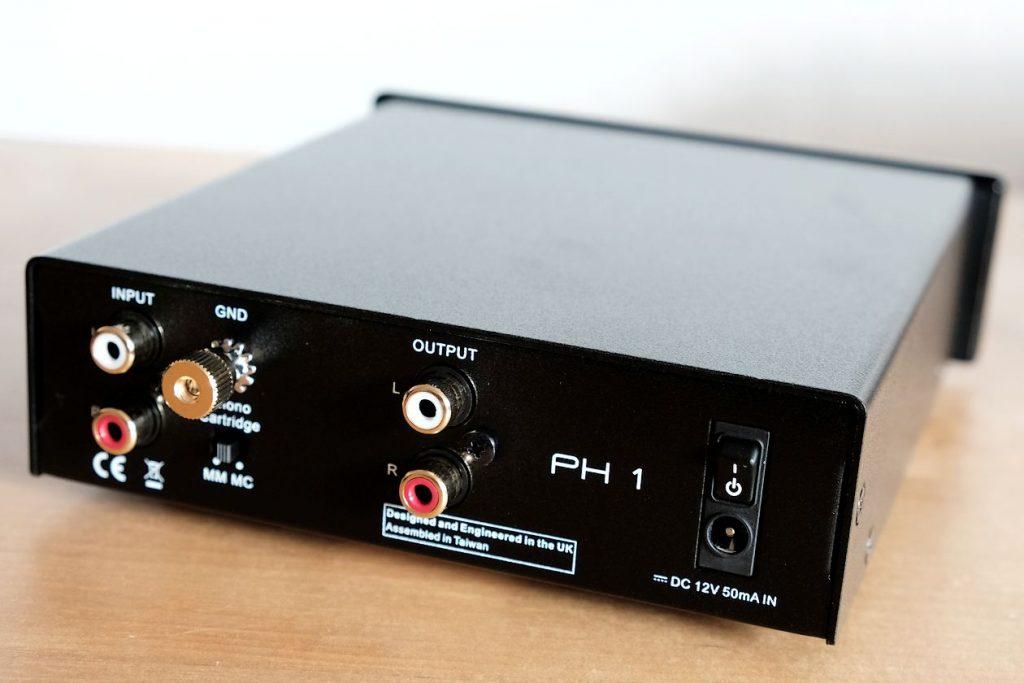 Die Cinch-Anschlüsse des MM und MC Phono-Verstärker Blue Aura PH1