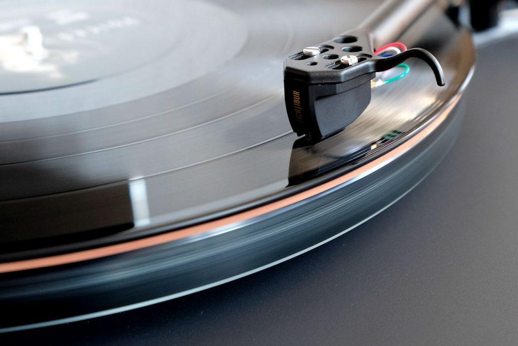 Im Test die Plattentellerauflage Vertere Techno Mat aus Filz und Kork. Hier im Bild mit dem Plattenspieler Rega Planar 6 und dem MC-Tonabnehmer TAD Excalibur Black