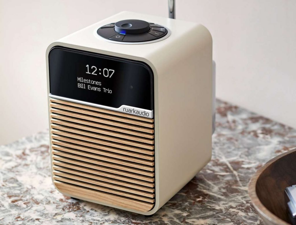 Im Bild das neue Kompakt-Radio Ruark Audio R1 MK4 mit Bluetooth und USB und UKW und DAB Radio