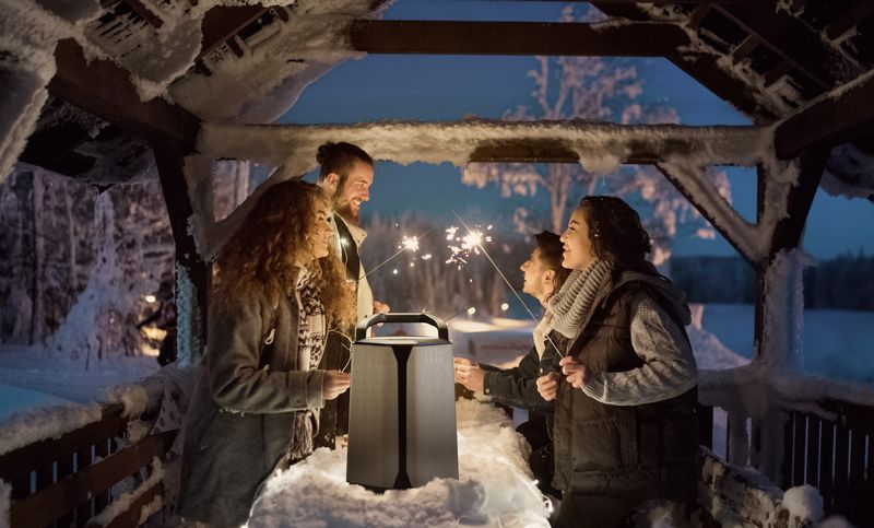 Kabelloser Bluetooth-Lautsprecher Soundcast VG auf der Weihnachts-Party