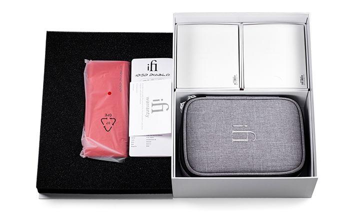 Im Bild der neue High End D/A-Wandler und Kopfhörer-Verstärker ifi micro Diablo mit Transport Case