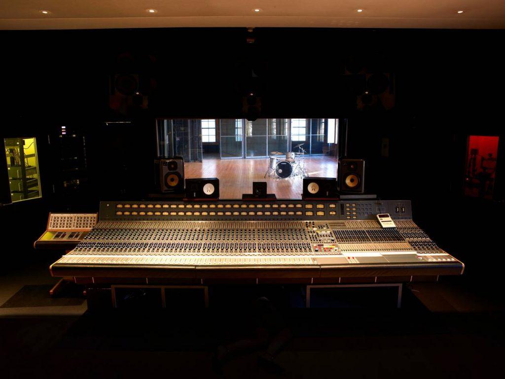Mischpult im Tonstudio The Warehouse