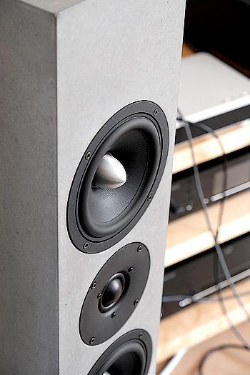 Im Bild die Lautsprecher-Chassis der aktiven High End Standlautsprecher Beton-Art audio Syno aktiv