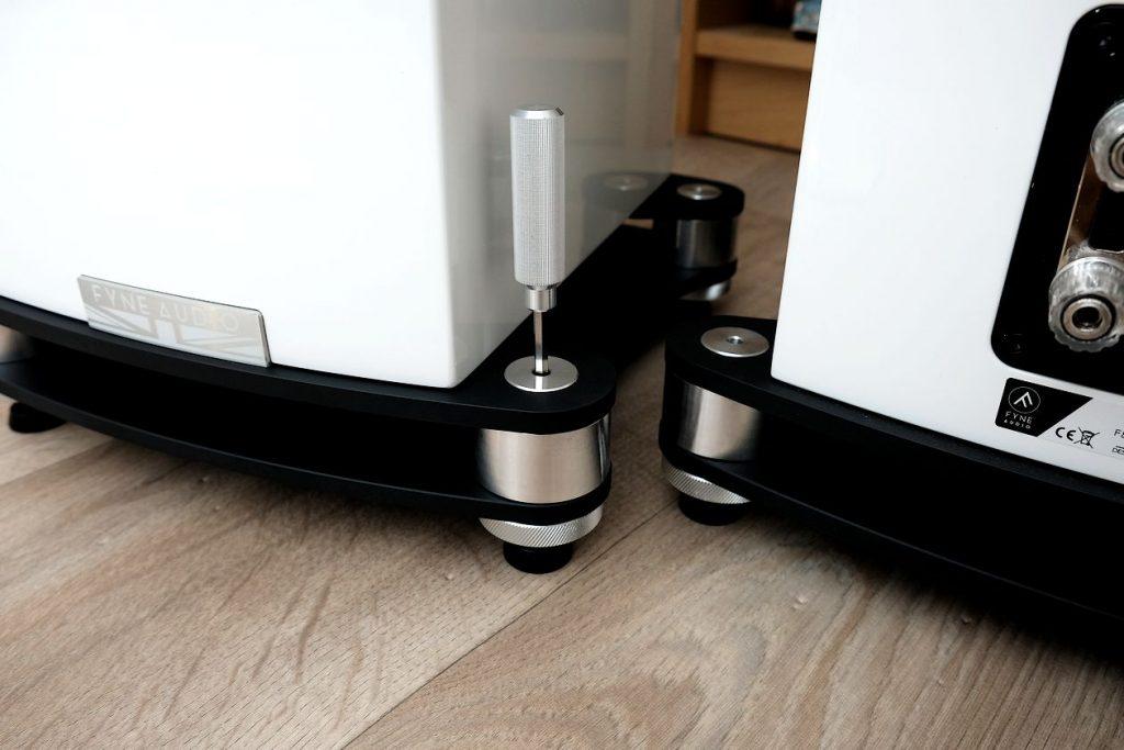 Die Spikes und Rändelschrauben an den Fyne Audio F501 SP