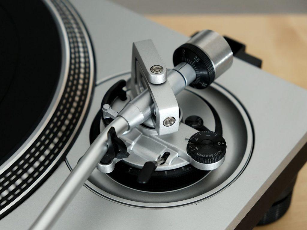 Tonarm Höhen-Verstellung am Plattenspieler Technics SL1200-GR mit Direktantrieb