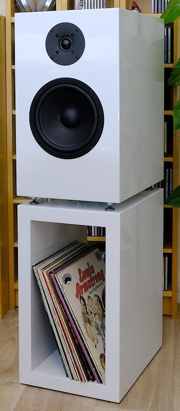 Test des Compound / Isobarik Bass Lautsprecher Cito Audio MODELL DBC-8K. Hier im Bild mit Lautsprecherfuss