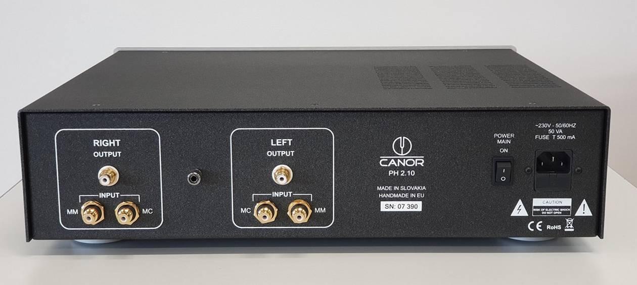 Im Bild der neue High End Phono-Röhren-Vorverstärker Canor PH 2.10. Hier die Rückseite mit den Cinch- und XLR-Anschlüssen