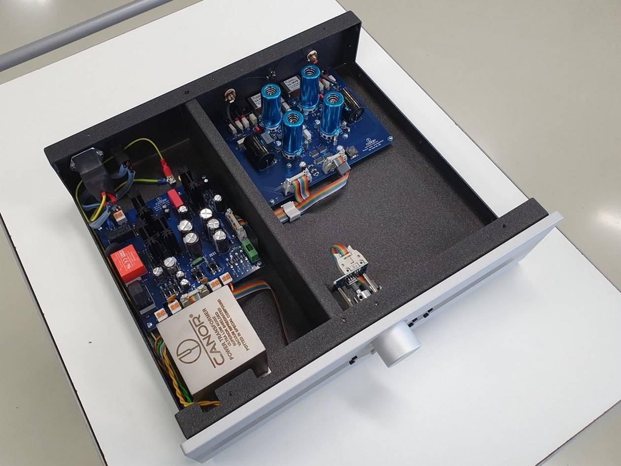 Im Bild der neue High End Phono-Röhren-Vorverstärker Canor PH 2.10. Hier von innen die  Röhren.