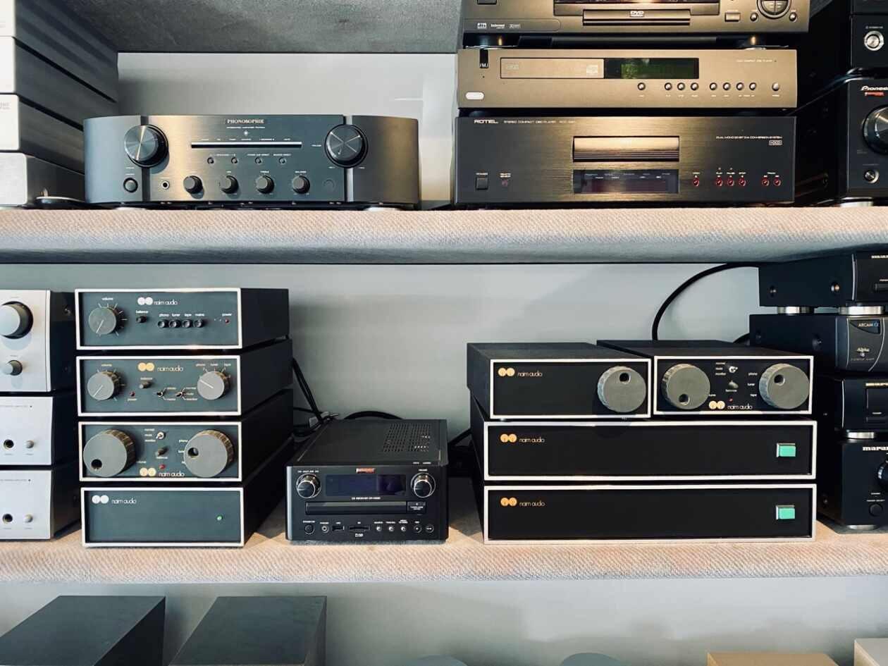 Vintage Naim Komponenten im Regal